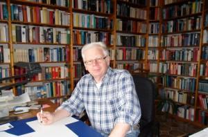 Manfred Gerike an seinem Schreibtisch